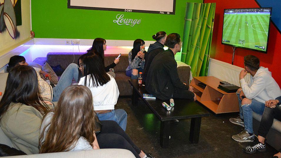 Jugendliche schauen Fußball im Jugendtreff Pernau