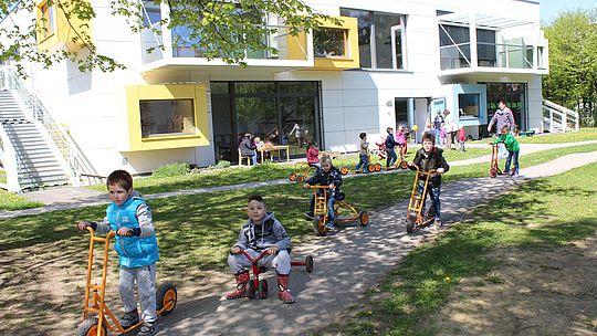 Kindergarten - Kinder spiele draußen
