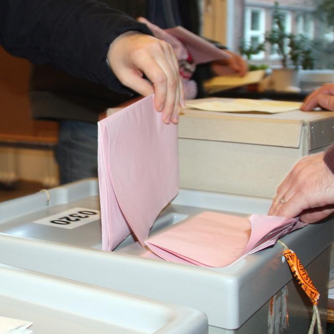 Imagefoto Einwurf von Stimmzettel in Wahlurne