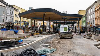 Baustelle Kaiser-Josef-Platz samt Baufahrzeug