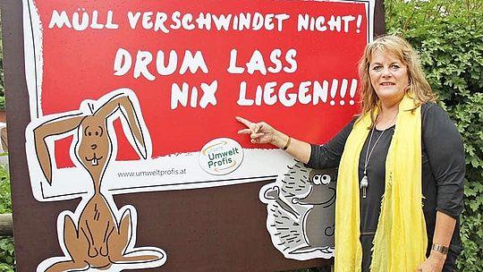 Flurreinigung - Vizebürgermeisterin Silvia Huber bei Schild