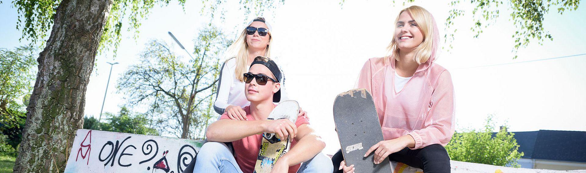 Jugendliche mit Skateboard draußen