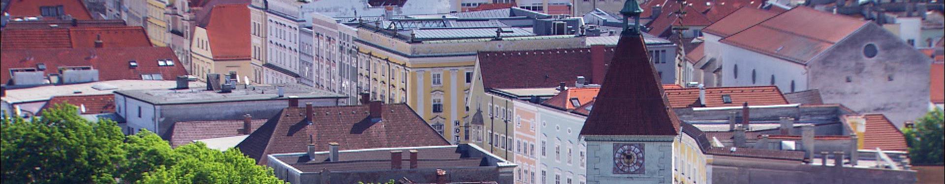 Stadtplatz Überblick mit Ledererturm