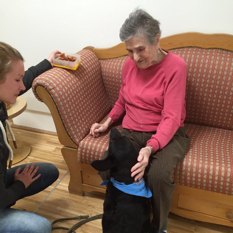 Ehrenamt- junge Frau mit Hund bei älterer Dame