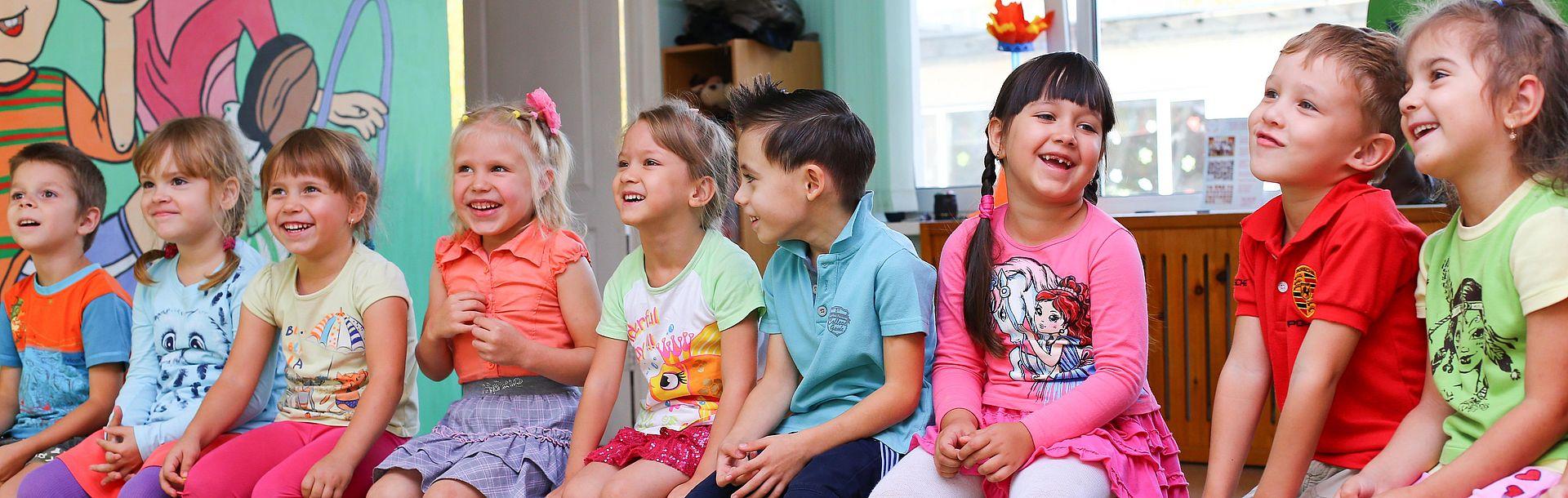 Vormerkung Kinderbetreuung - sitzende Kinder