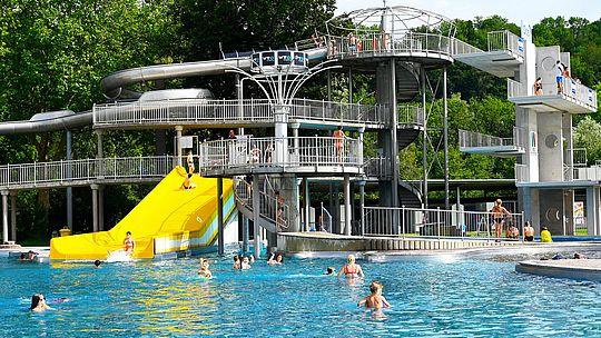 Freibad - Familienbecken mit gelber Rutsche und Sprungturm
