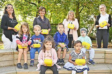Kinder mit Jausenboxen