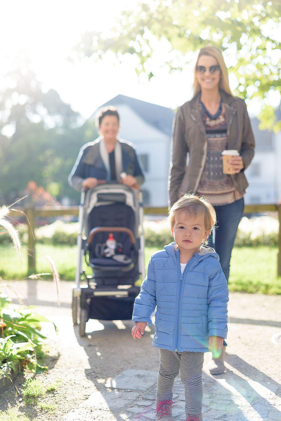 Kind mit Mama und Oma im Freien