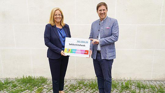 Corona-Solidaritätsfonds - Bürgermeister Dr. Andreas Rabl und Sozialreferentin Vizebürgermeisterin Christa Raggö-Mühlberger