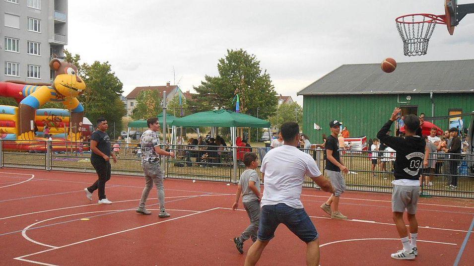 Jugendliche spielen Basketball im Jugendtreff Neustadt