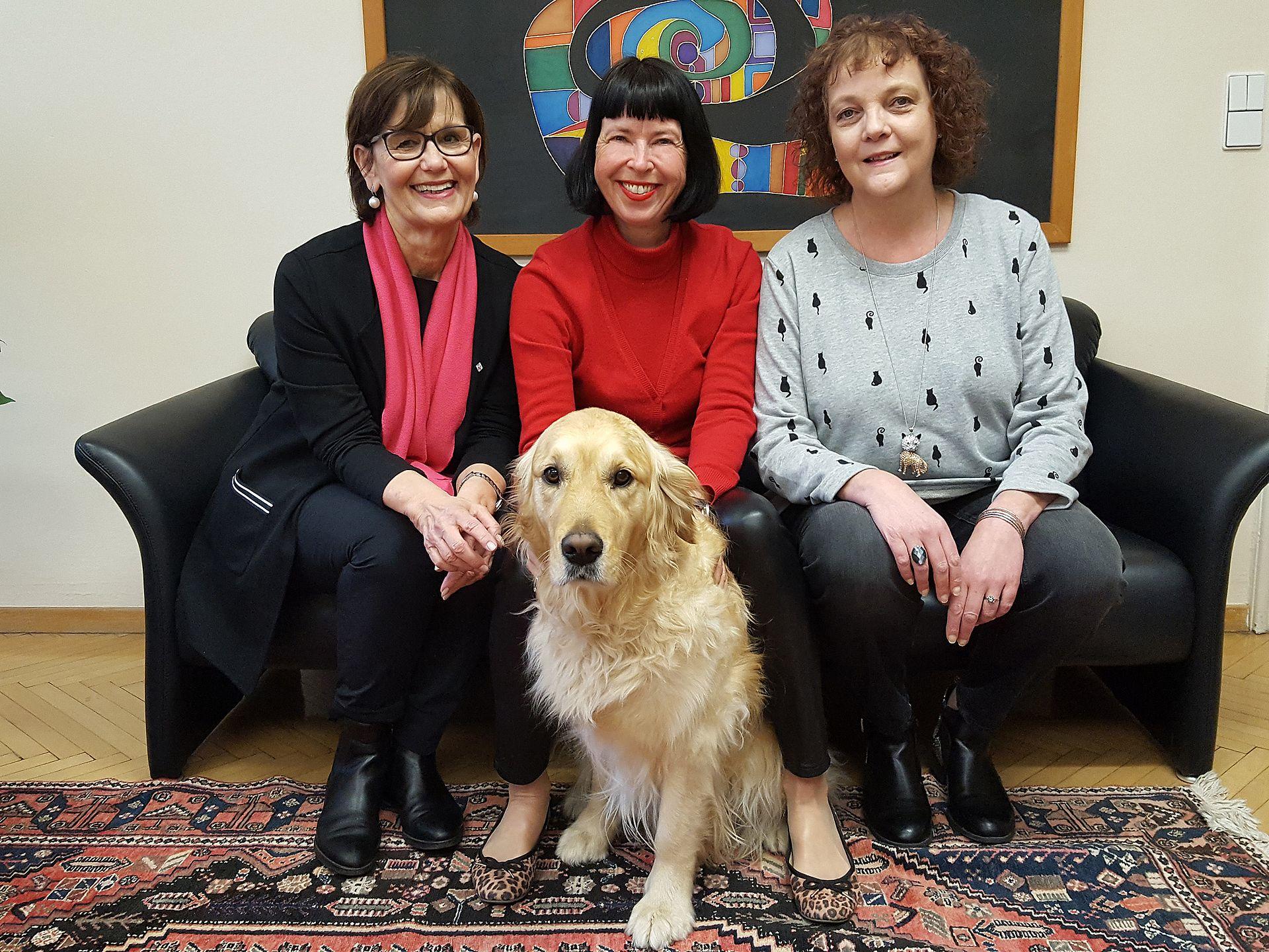 Verein der Freunde des Welser Tierheims - 3 Frauen mit Hund