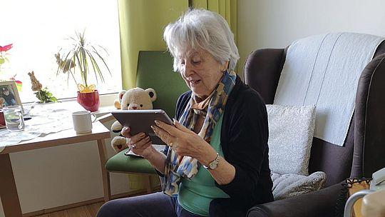 ältere Dame mit Tablet