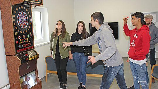 JUgendtreff Noitzmühle - Jugendliche spielen Dart