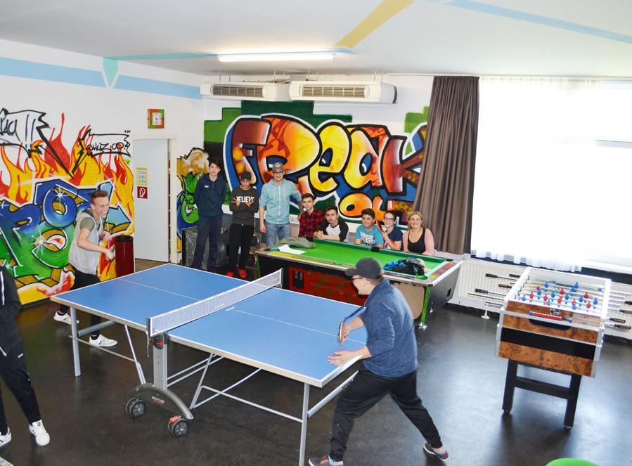 Jugendliche spielen Tischtennis im Jugendtreff Pernau