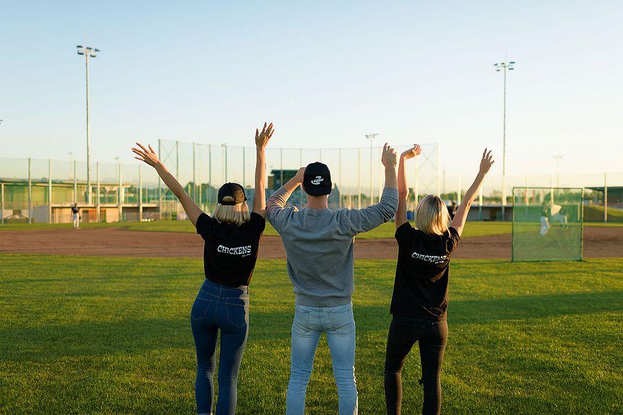 3 Personen jubeln in der Sportanlage Wimpassing (mit dem Rücken zur Kamera)