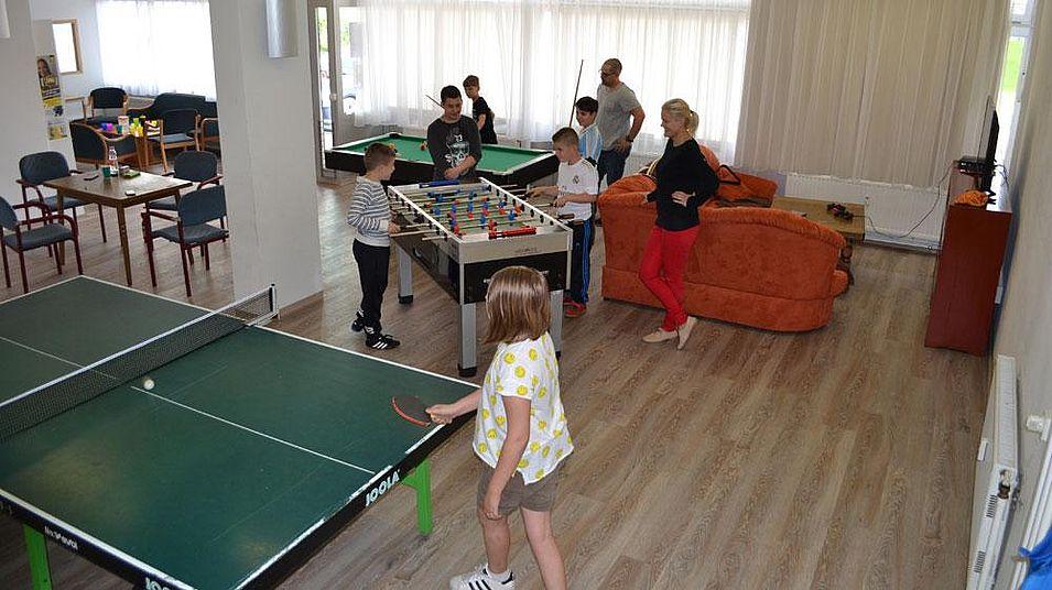 Kinder und Jugendliche spielen im Jugendtreff Lichtenegg