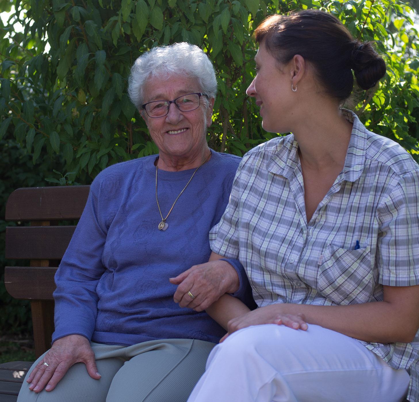 Kurzzeitpflege - Pflegerin mit Seniorin