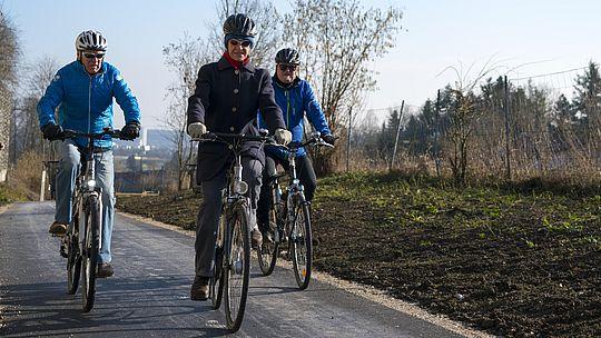 Radweg - Personen fahren mit dem Rad