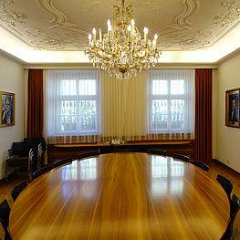 Stadtsenat - Zimmer mit großen runden Tisch