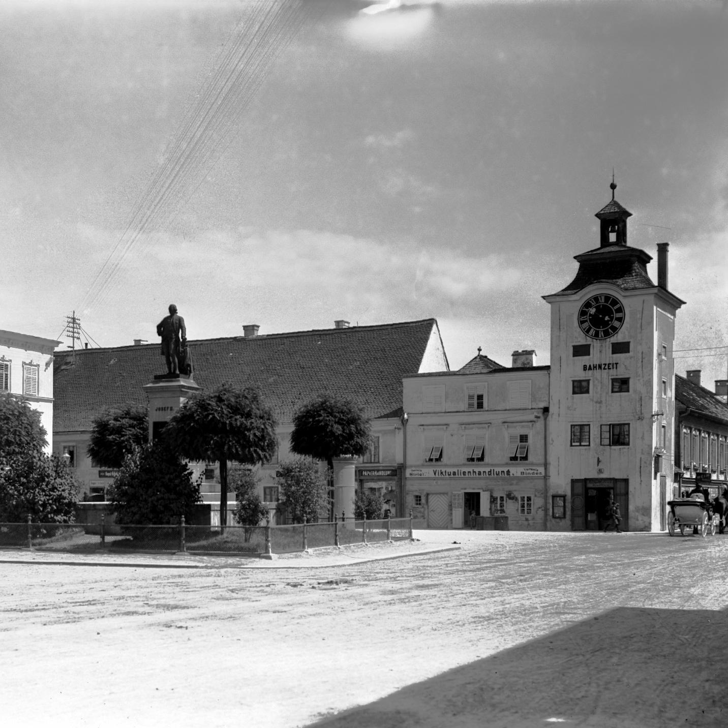 altes Foto vom Kaiser-Josef-Platz mit der Status von Kaiser Franz-Josef und der alten Pferdeeisenbahnstation Bahnzeit