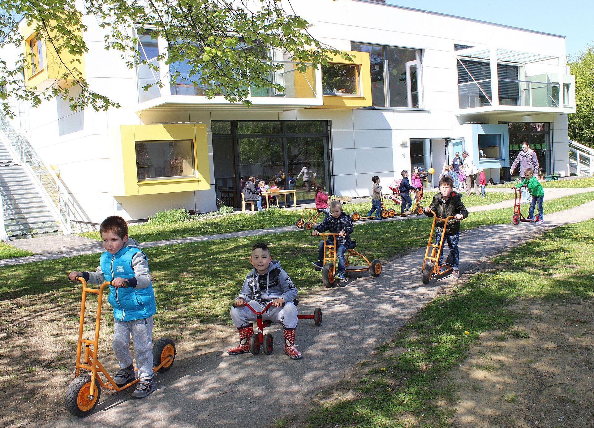 Kinder spielen draußen im Kindergarten
