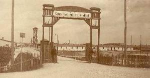 Eingang zum Kriegsgefangenenlager Marchtrenk, Foto: StAW20