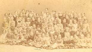 Mädchenvolksschule Pfarrgasse 25, Klassenfoto, 1887/88