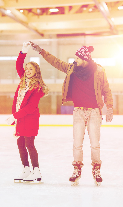 glückliches Pärchen beim Eislaufen