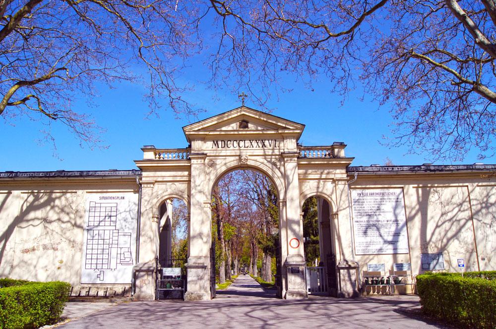 Friedhof der Stadt Wels - Eingang bei der Aufbahrungshalle